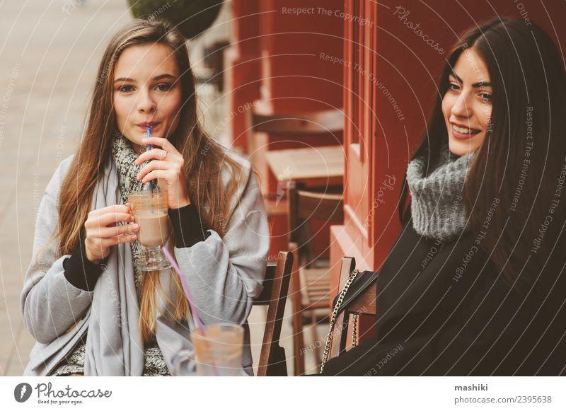 zwei glückliche Freundinnen im Gespräch Kaffee Lifestyle sprechen feminin Frau Erwachsene Freundschaft Herbst Straße Mode Mantel Lächeln lachen Zusammensein