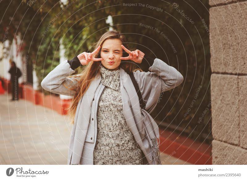 Straßenbild Porträt eines jungen glücklichen Mädchens Lifestyle Stil feminin Frau Erwachsene Herbst Wetter Mode Pullover Mantel trendy lustig modern natürlich