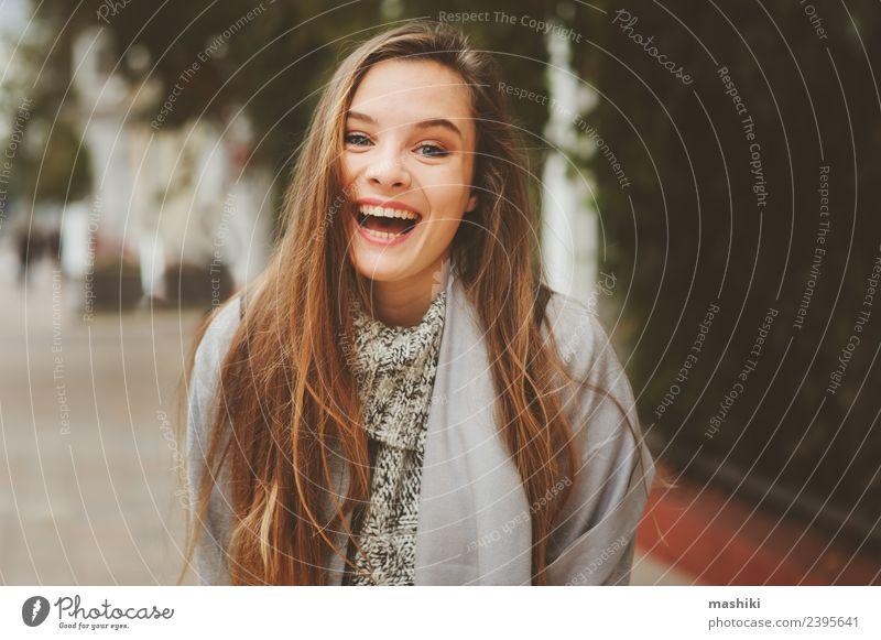 junges, schönes, glückliches Mädchen Lifestyle Schminke feminin Frau Erwachsene Herbst Wetter Wärme Straße Mode Hemd Pullover Mantel trendy lustig modern
