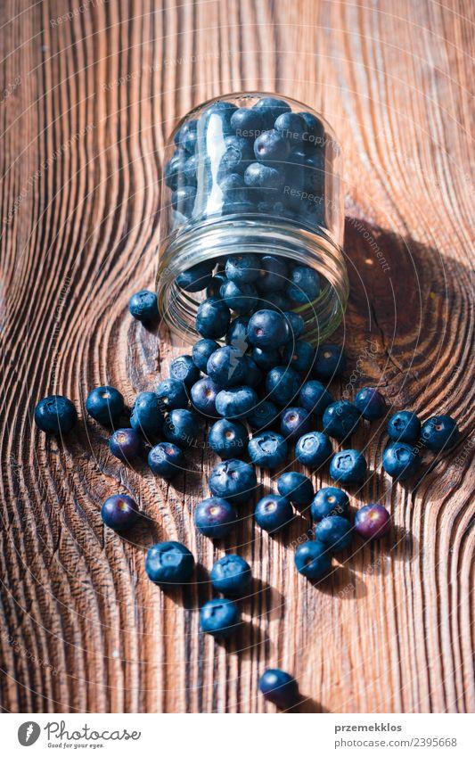 Frisch geerntete Heidelbeeren in ein Glas geben Lebensmittel Frucht Ernährung Bioprodukte Vegetarische Ernährung Diät Schalen & Schüsseln Sommer Tisch Natur