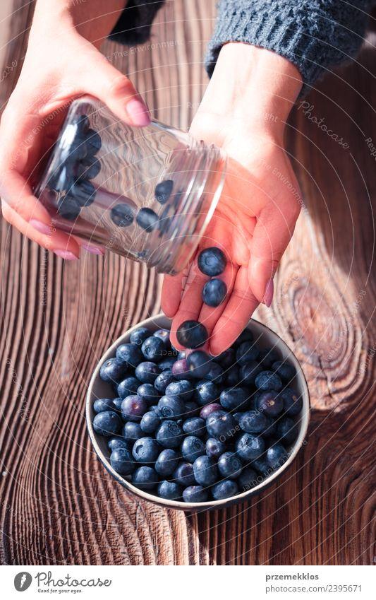 Frau Natur blau Sommer Hand Erwachsene natürlich Holz Lebensmittel oben Frucht Ernährung Aussicht frisch authentisch Tisch