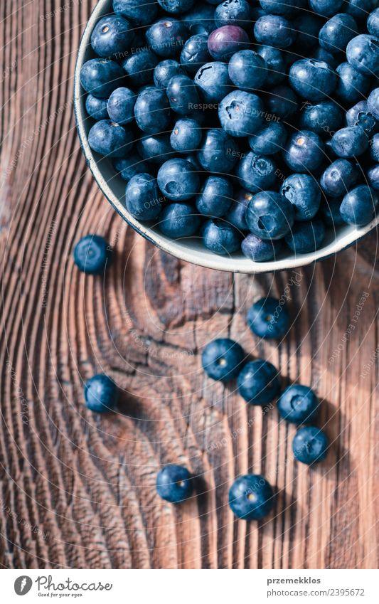Frisch geerntete Heidelbeeren in eine Keramikschale geben. Lebensmittel Frucht Ernährung Bioprodukte Vegetarische Ernährung Diät Schalen & Schüsseln Sommer