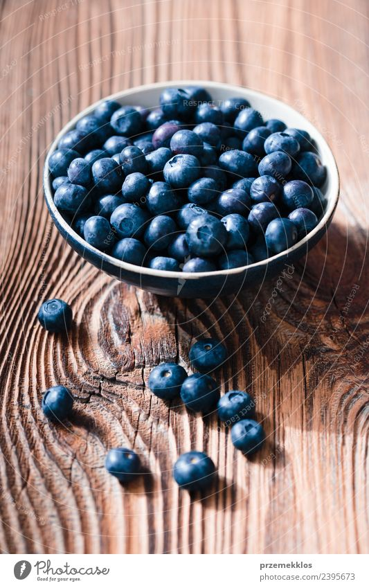 Natur blau Sommer natürlich Holz Lebensmittel Frucht Ernährung frisch Tisch lecker Ernte Bioprodukte reif Beeren Schalen & Schüsseln