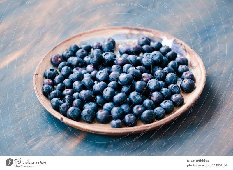 Frisch geerntete Heidelbeeren auf einer alten Keramikplatte Frucht Ernährung Bioprodukte Vegetarische Ernährung Schalen & Schüsseln Sommer Tisch Natur Holz