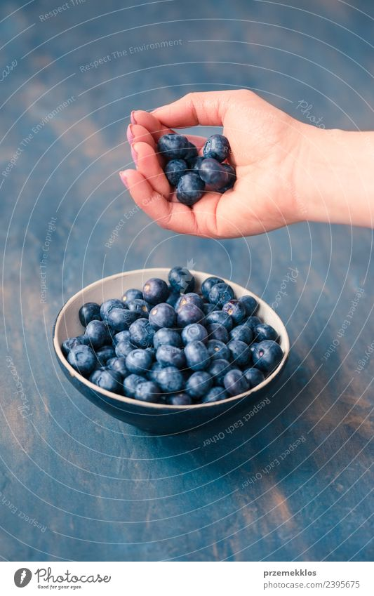 Frau Natur blau Sommer Hand Erwachsene natürlich Lebensmittel Frucht Ernährung frisch Tisch lecker Ernte Bioprodukte reif