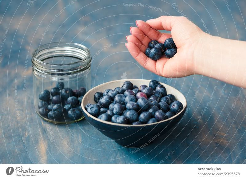 Frau Natur blau Sommer Hand Erwachsene natürlich Holz Frucht Ernährung frisch Tisch lecker Ernte reif Beeren