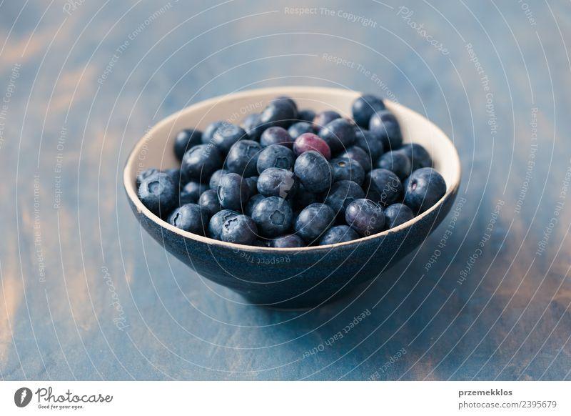 Schüssel mit frischen Heidelbeeren auf den Tisch gestellt, blau bemalt. Lebensmittel Frucht Ernährung Vegetarische Ernährung Schalen & Schüsseln Sommer Natur