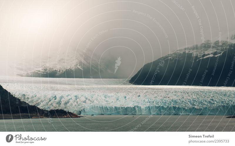 Perito Moreno Gletscher I Wasser Landschaft Wolken Winter Ferne Berge u. Gebirge dunkel Küste Schnee Zeit Tourismus Freiheit wandern Eis Nebel Abenteuer