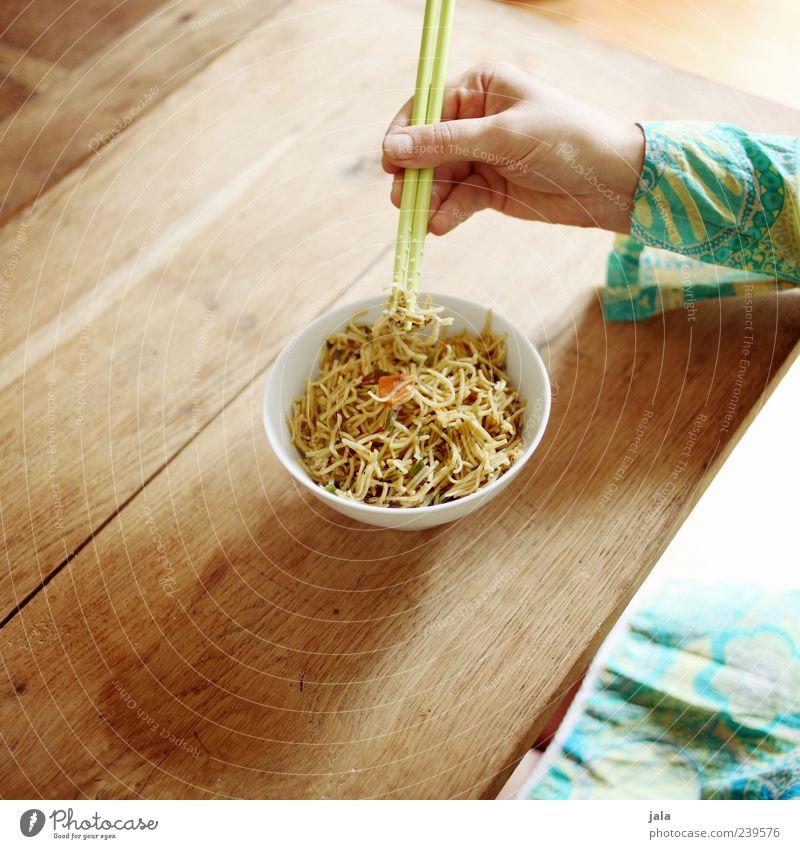 wok nudeln Mensch Frau Hand Erwachsene Ernährung feminin Lebensmittel Essen Finger Geschirr lecker Schalen & Schüsseln Mittagessen Nudeln Besteck