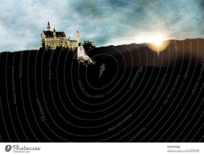 Dreamcastle Wasser Himmel Sonne Wolken dunkel träumen Regen Beleuchtung Kunst groß fantastisch Burg oder Schloss historisch Bayern Surrealismus falsch