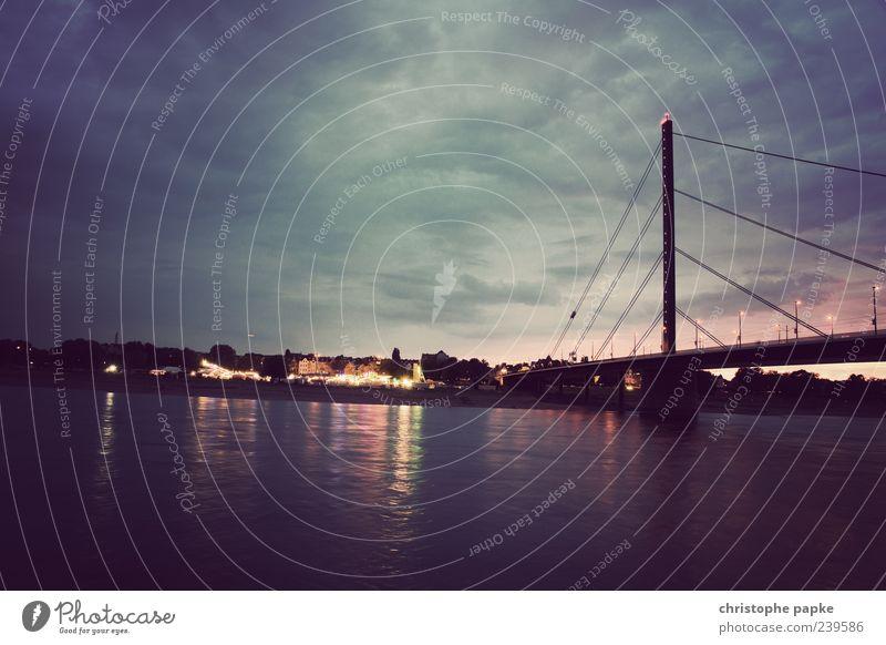 vom anderen Ufer... Ausflug Städtereise Wolken Küste Flussufer Düsseldorf Stadt Stadtzentrum Altstadt schön Brücke Rhein Farbfoto Gedeckte Farben Außenaufnahme