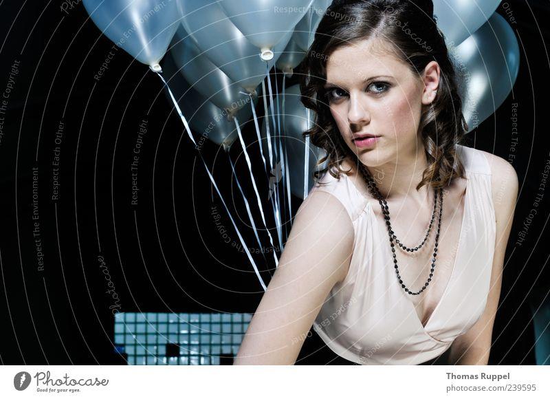 Blickkontakt Lifestyle elegant Stil Party Mensch feminin Junge Frau Jugendliche Erwachsene 1 18-30 Jahre Mode Kleid Haare & Frisuren brünett Luftballon hängen