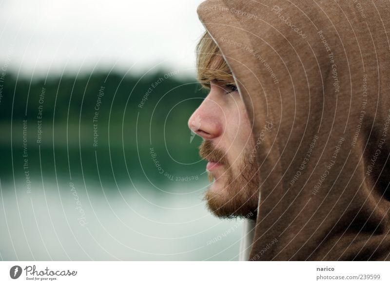 by the way.. maskulin Junger Mann Jugendliche 1 Mensch 18-30 Jahre Erwachsene Seeufer Forggensee Bekleidung Pullover brünett Bart beobachten entdecken Blick