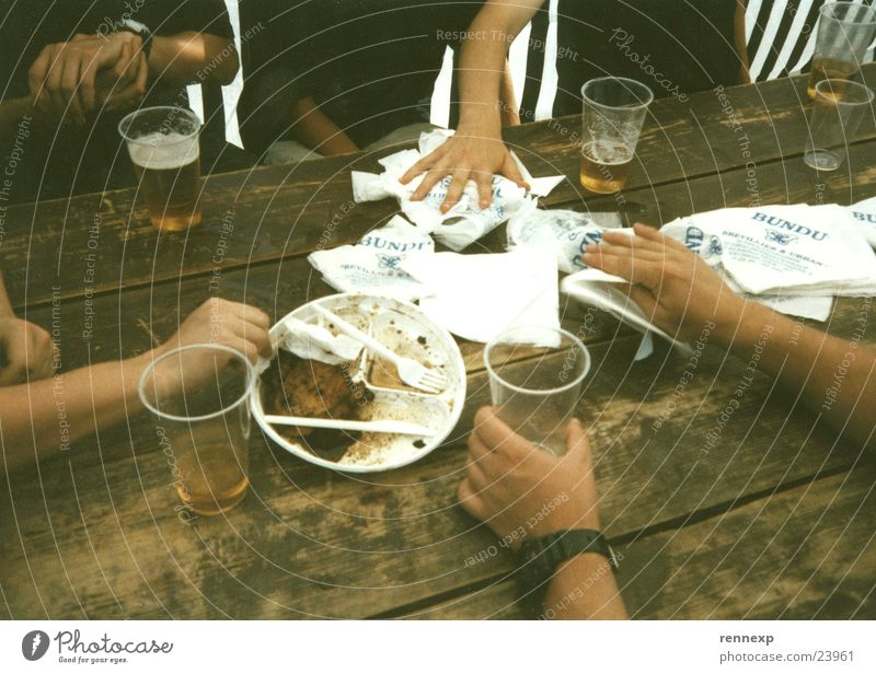 nach dem fressen Hand Teller Besteck Becher Bier Serviette Reinigen Camping Tisch greifen berühren Fastfood Fleisch Umweltverschmutzung Papier verschütten