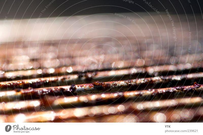 Grillsaison vorbei? schwarz hell braun glänzend dreckig fest Tiefenschärfe Fett schwer Rest ungesund Grillrost Lebensmittel Makroaufnahme schmierig