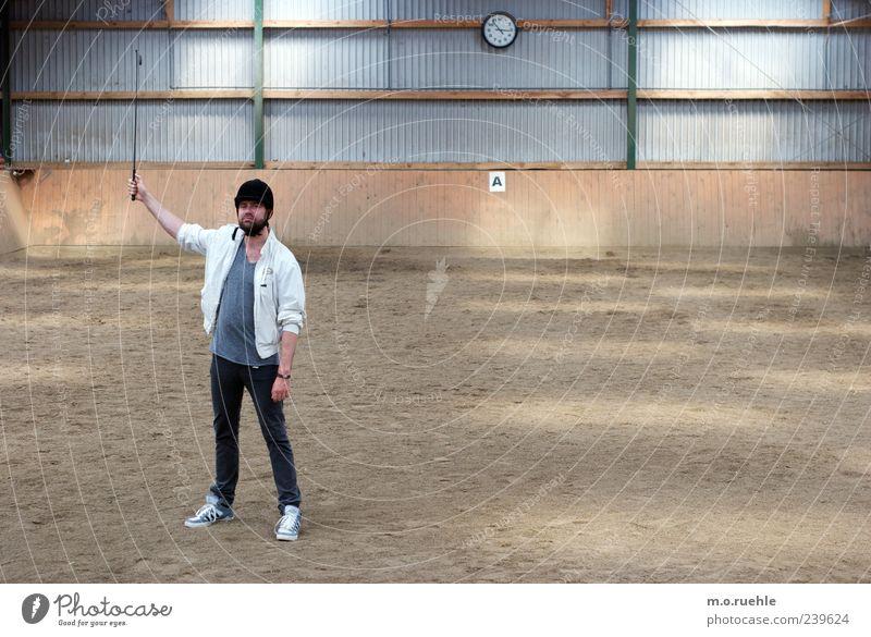 Zeit zur Zäsur Mensch Bewegung maskulin bedrohlich T-Shirt Hut Jacke Stolz standhaft Reitsport 30-45 Jahre Sport Reiterhof dressieren Reithalle Reiterkappe