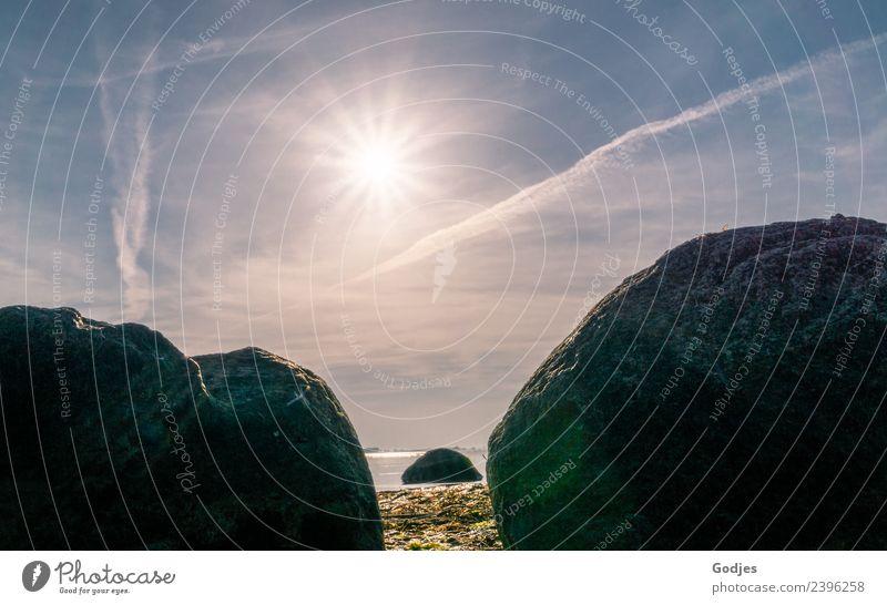 Hinter Steinen verborgen Natur Wasser Himmel Wolken Horizont Sonne Sonnenlicht Frühling Schönes Wetter Strand atmen authentisch blau braun Schutz standhaft