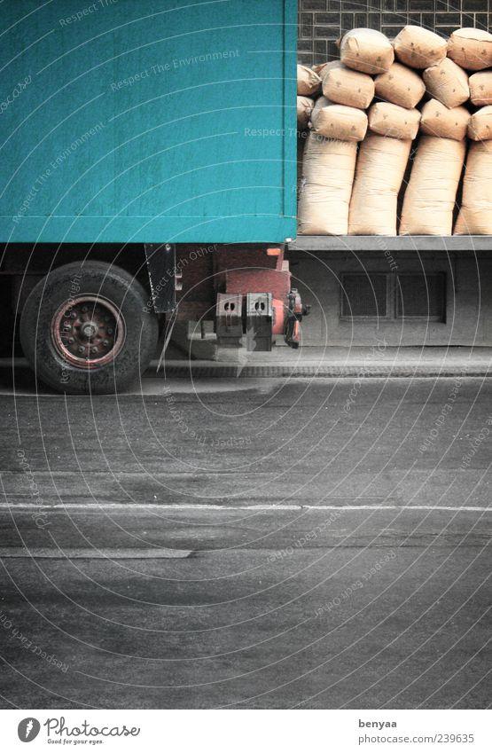 Säcke vor der Tür Versand Lastwagen Versandhandel Fabrik Handel Güterverkehr & Logistik Mittelstand stagnierend laden entladen ladezone Sack Ware Farbfoto