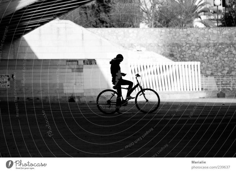 a moment in the shade Fahrrad Fahrradfahren Mensch 1 Valencia Park Brücke Mauer Wand Stein Beton Denken sitzen warten authentisch Ferne schwarz weiß Einsamkeit