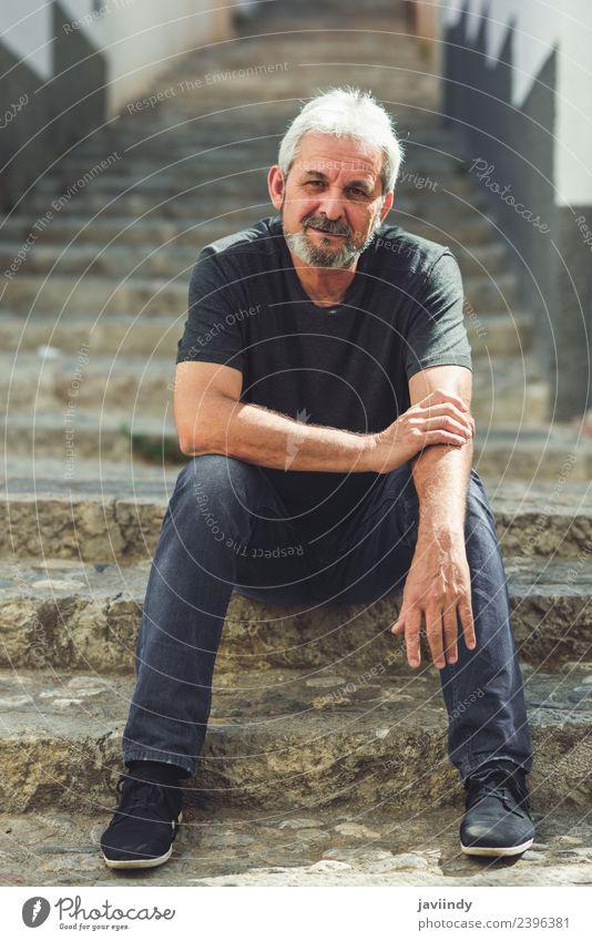 Erwachsener Mann, der auf der Treppe auf der Straße sitzt. Lifestyle Glück Mensch maskulin Männlicher Senior 1 45-60 Jahre 60 und älter Bekleidung Vollbart alt