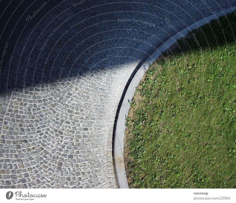 Gegensätze Sonne Pflanze Straße dunkel Wiese Gras Stein Wege & Pfade Graffiti hell Ecke Kopfsteinpflaster Halm Verschiedenheit Gegenteil Pflastersteine