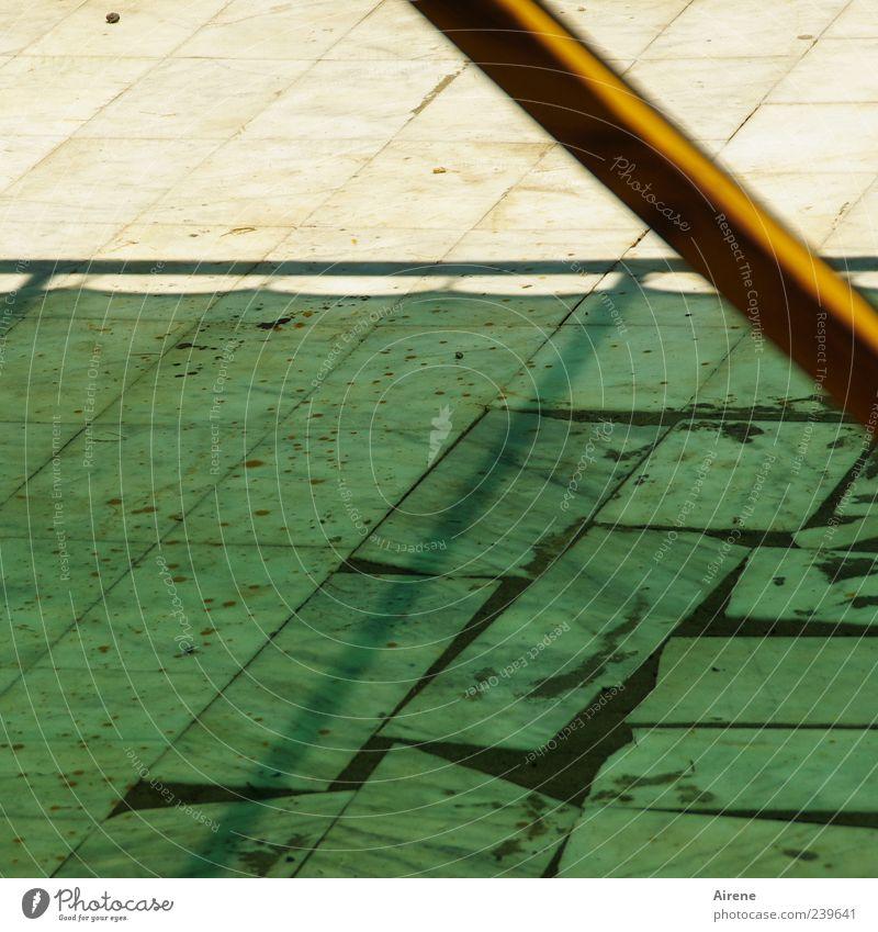 Kühles Grünes weiß grün gelb Holz Stein Linie Klarheit Schutz Fliesen u. Kacheln Terrasse Pflastersteine Wetterschutz Kühlung angenehm Markise Kontrast