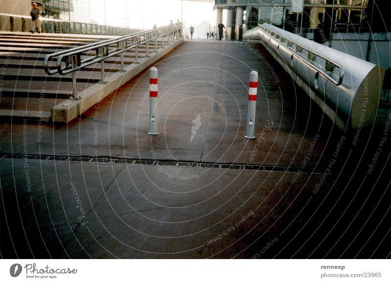 /  TwinS  \ Zwilling Rampe flach Fußgänger Fahrradweg Asphalt steil Regenrinne Gully Stadt Momentaufnahme Architektur Brücke Verkehrswege rot-weis-rot Leiter