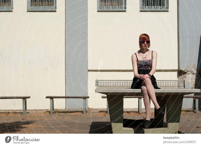 saskia Mensch Jugendliche feminin Junge Frau Freizeit & Hobby sitzen Lifestyle Coolness retro einzigartig einzeln Kleid dünn Sonnenbrille rothaarig unschuldig