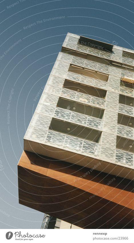 """die """"etwas andere"""" Perpektive 2 Haus Fenster Balkon Holz Lampe Muster Ecke Markise Licht Froschperspektive Respekt Blick Architektur Himmel Säule Glas schetten"""
