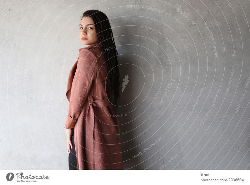 Nikolija feminin Frau Erwachsene 1 Mensch Mantel brünett langhaarig geflochten beobachten Bewegung Blick stehen warten schön selbstbewußt Coolness Willensstärke
