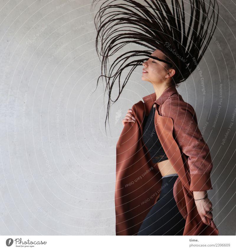 Nikolija feminin Frau Erwachsene 1 Mensch Kunst Mauer Wand T-Shirt Hose Mantel Haare & Frisuren brünett langhaarig Bewegung drehen stehen werfen schön Freude