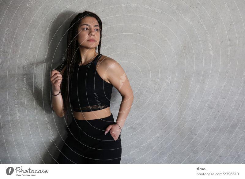 Nikolija feminin Frau Erwachsene 1 Mensch Mauer Wand T-Shirt Hose brünett langhaarig geflochten beobachten festhalten Blick stehen Coolness dunkel schön