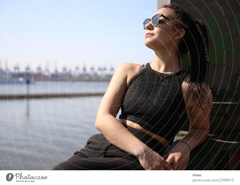 Nikolija feminin Frau Erwachsene 1 Mensch Hamburg Skyline Hafen T-Shirt Hose Sonnenbrille brünett langhaarig Zopf Erholung genießen Lächeln sitzen