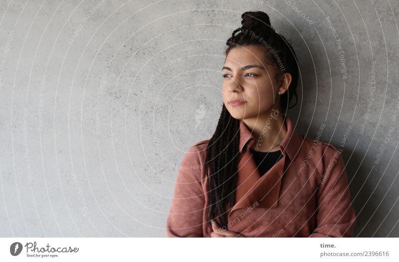 Nikolija Frau Mensch schön Erwachsene Wand feminin Zeit Mauer Haare & Frisuren Denken stehen warten beobachten Coolness Konzentration Wachsamkeit