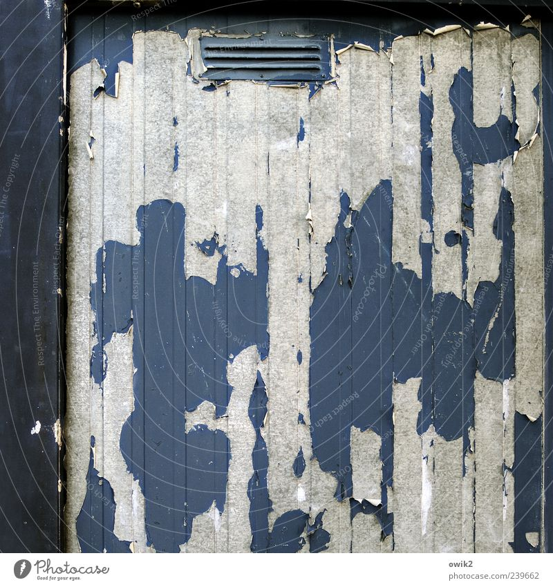 Materialermüdung Metall alt eckig einfach hässlich blau grau schwarz weiß chaotisch Vergänglichkeit Wandel & Veränderung Zerstörung blau-grau abblättern Farbe