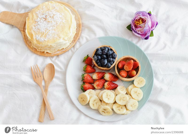 Leckerer Kreppkuchen mit frischem Obst Frucht Dessert Ernährung Essen Frühstück Gabel Löffel Lifestyle Sommer Blume Holz lecker natürlich weiß Bett Lebensmittel
