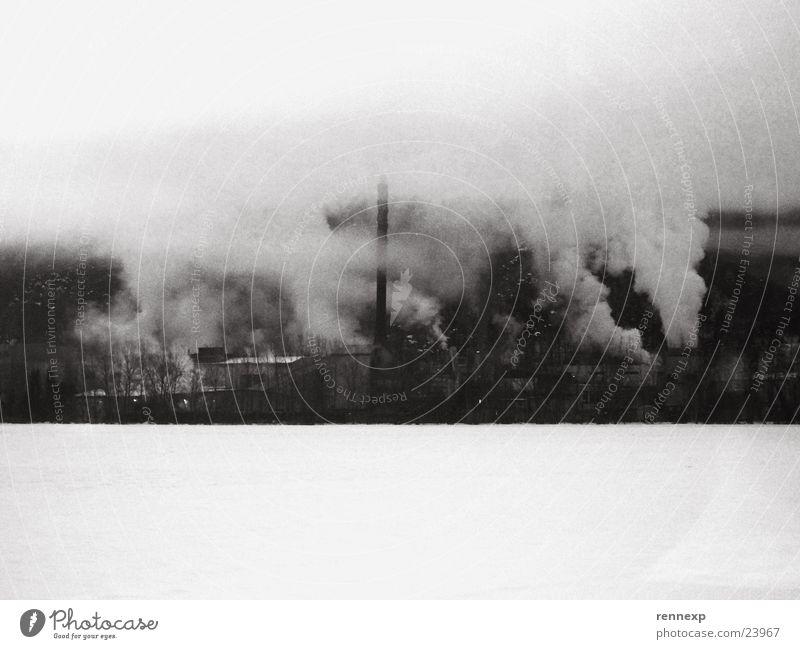 Die Fabrik des Grauens weiß Winter Wolken schwarz dunkel kalt Schnee Umwelt Traurigkeit Angst dreckig Nebel Industrie gruselig Rauch
