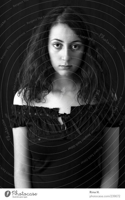 Das Leben ist manchmal schwer Mensch feminin Junge Frau Jugendliche 1 18-30 Jahre Erwachsene Bluse schwarzhaarig brünett Locken Blick authentisch trist weiß
