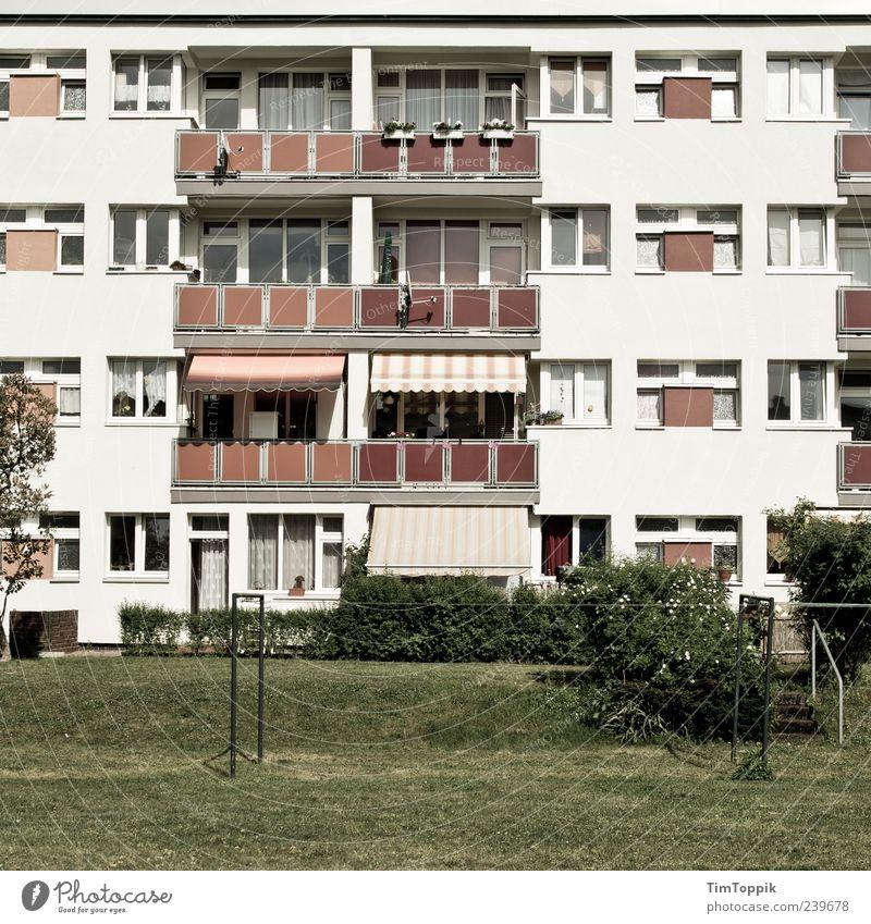 Balkonien Haus Fenster Garten Wohnung Fassade Häusliches Leben trist Plattenbau Wohnhaus Nachbar Häuserzeile Markise Wohngebiet Grünfläche Mehrfamilienhaus