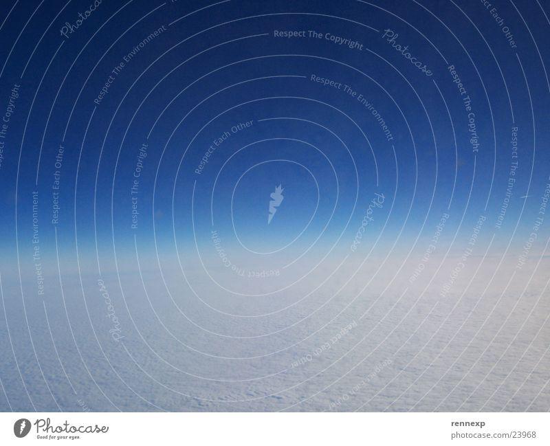 Grenzenlose Freiheit Himmel blau Wolken Flugzeug Horizont Luftverkehr Aussicht Unendlichkeit schlechtes Wetter Kondensstreifen Firmament Wolkendecke
