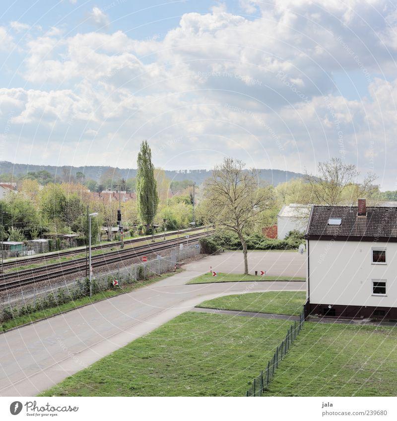 stadtteil Himmel Wolken Pflanze Baum Gras Sträucher Wiese Haus Bauwerk Gebäude Architektur Straße Schienenverkehr Gleise Farbfoto Außenaufnahme Menschenleer Tag