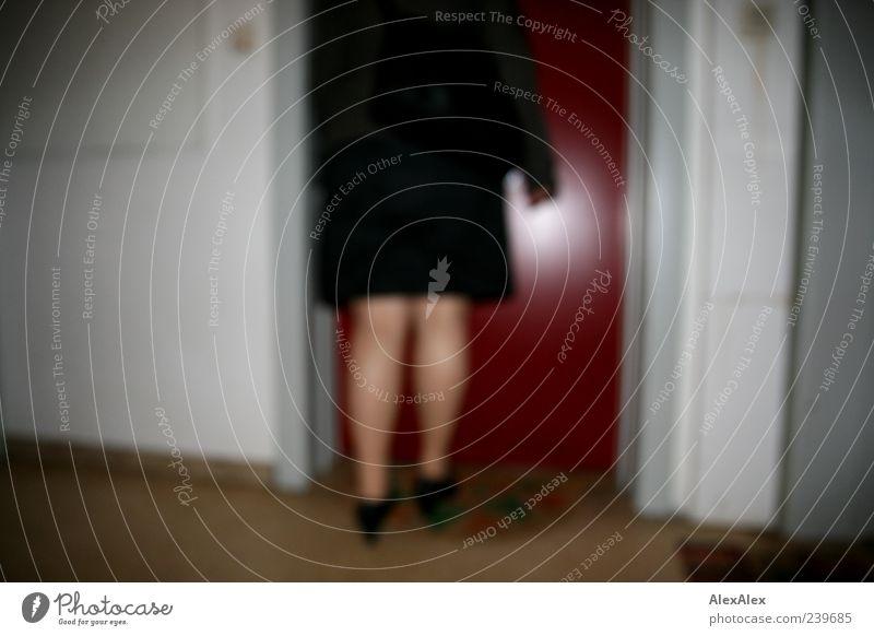 um halb fünf nach Hause Mensch rot schwarz Haus feminin grau Beine Tür gehen Schuhe authentisch Häusliches Leben Sicherheit Rock Kontrolle Mantel