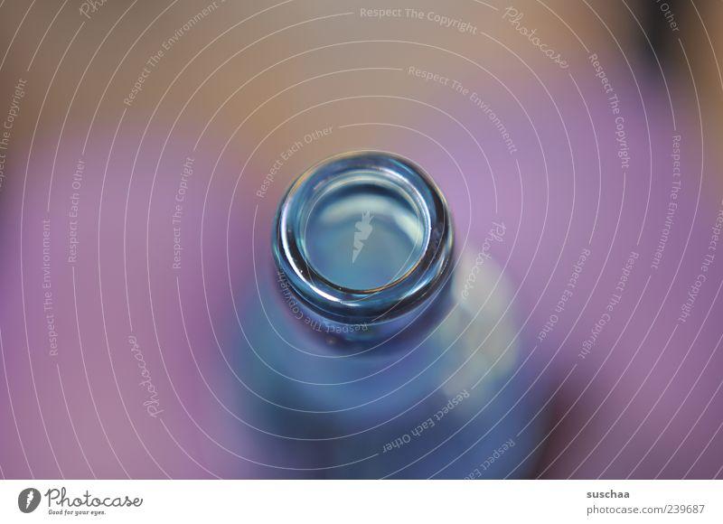 302 Glas rund blau violett Flasche Flaschenhals Wasserflasche Beine Detailaufnahme Makroaufnahme Menschenleer Unschärfe Schwache Tiefenschärfe Textfreiraum oben