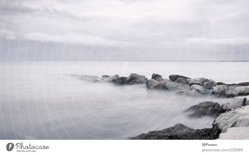 Fehmarn Ostsee Meer Wasser Stein Sand Horizont grau trist Farblosigkeit Menschenleer Nebel schlechtes Wetter Langzeitbelichtung Wellen Wolken Küste Seeufer