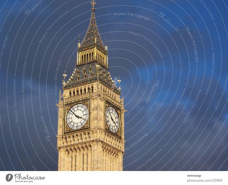 BIG Ben Big Ben Kunst Wahrzeichen London Uhr Gold Uhrenturm schlechtes Wetter Wolken England Großbritannien Respekt Froschperspektive Tourismus Bekanntheit