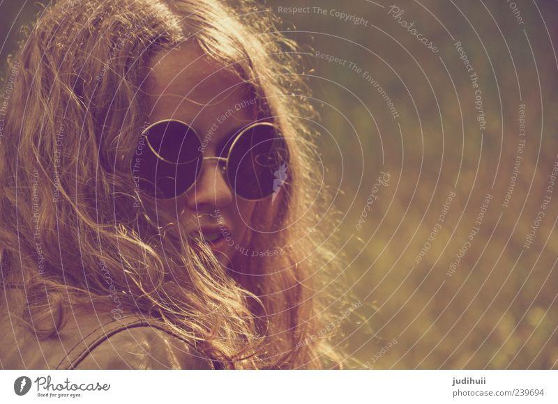 Hippie Lifestyle Stil Mensch feminin Junge Frau Jugendliche Erwachsene 1 18-30 Jahre Kultur Gras Feld Leder Brille brünett langhaarig Locken Neugier verrückt