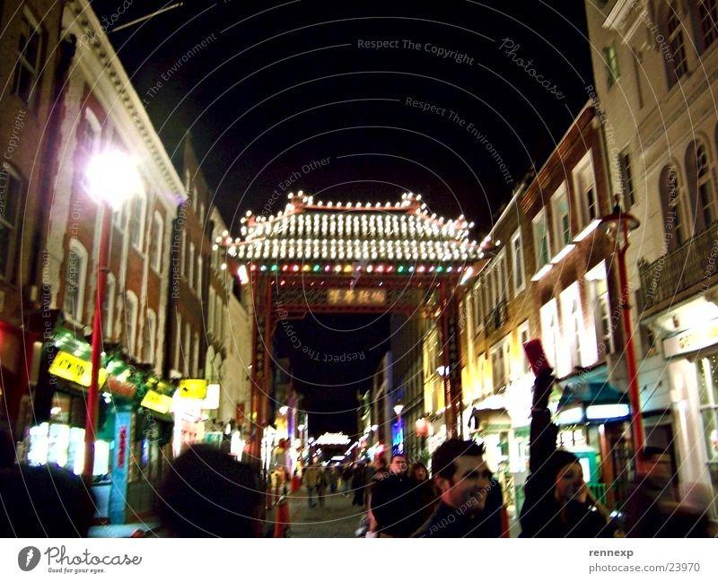 Chinatown London Tourismus Ladengeschäft Restaurant Hauptstraße Fußgängerzone Torbogen Durchgang Vordach Dach Chinesisch ausgehen Lampe Glühbirne Großbritannien