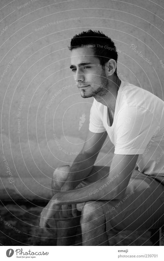 Liebster. Mensch Jugendliche schön Erwachsene maskulin sitzen Coolness T-Shirt Bart nachdenklich positiv lässig kurzhaarig abstützen Dreitagebart
