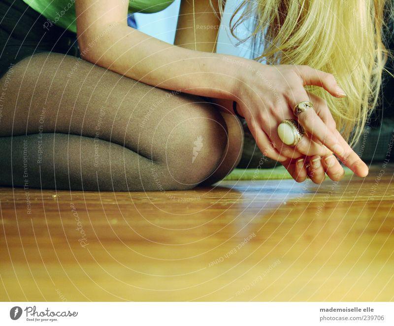 doubt Mensch Jugendliche Hand schön Erwachsene feminin Haare & Frisuren Beine träumen Junge Frau blond Arme sitzen warten elegant Haut