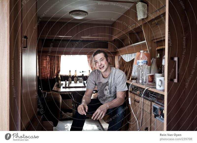 Mann Jugendliche Fenster Glück lachen Zufriedenheit braun Erwachsene maskulin Fröhlichkeit Jeanshose T-Shirt Lebensfreude Freundlichkeit Lächeln langhaarig